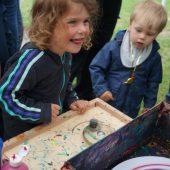Spaß hatten die Kinder an allen Stationen, hier bei den Wirbelbildern.