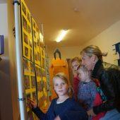 Fotowände mit Bildern aus vergangenen Tagen und dem Alltag der Kinder luden die Besucher zum Stöbern ein