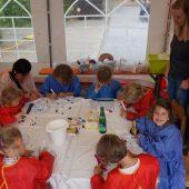 Die Kinder durften Mützen bunt anmalen